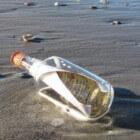 Flessenpost op het strand van Ameland