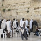 Joods gebed: het aanleggen van de tefillien (gebedsriemen)