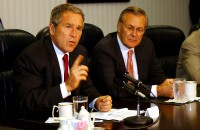 Bush en Rumsfeld op 17 september 2001 / Bron: Cedric H. Rudisill, U.S. Air Force, Wikimedia Commons (Publiek domein)